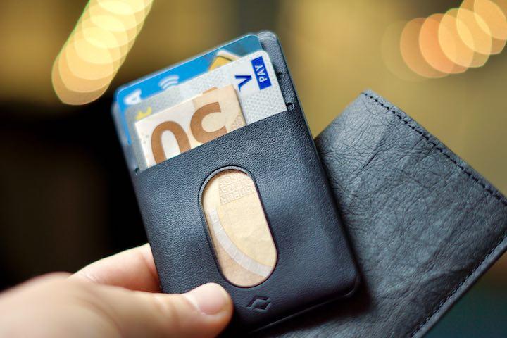 Hand mit Geldbeutel und Bargeld