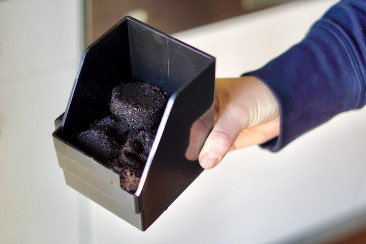 Hand mit Kaffeesatz Box