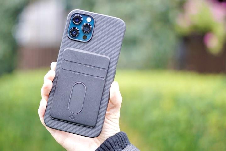 Hand mit Wallet und iPhone 12 Pro Max