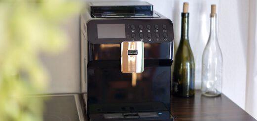 Kaffeemaschine steht neben zwei Glasflaschen 520x245
