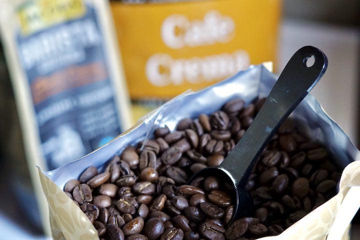 Loeffel steckt in Kaffeebohnen