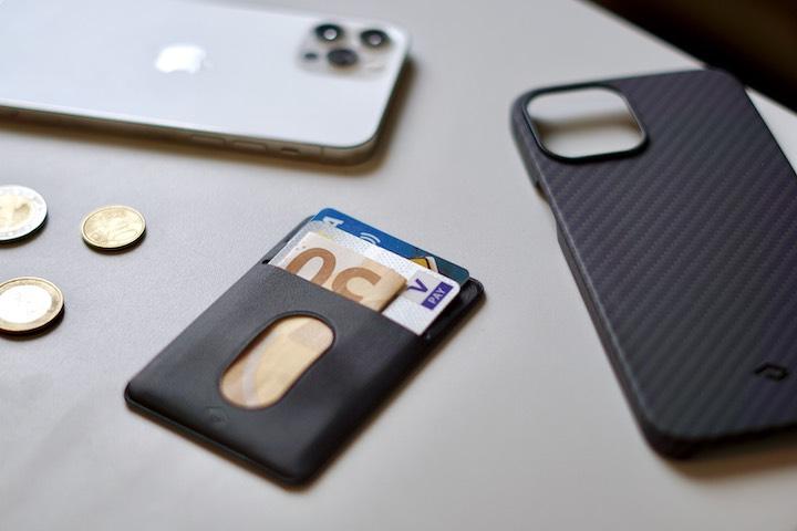 MagEZ Wallet liegt neben iPhone und Kleingled auf dem Tisch