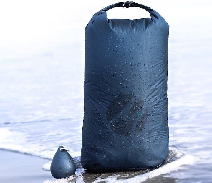 Matador Droplet XL neben Transporttasche im Wasser