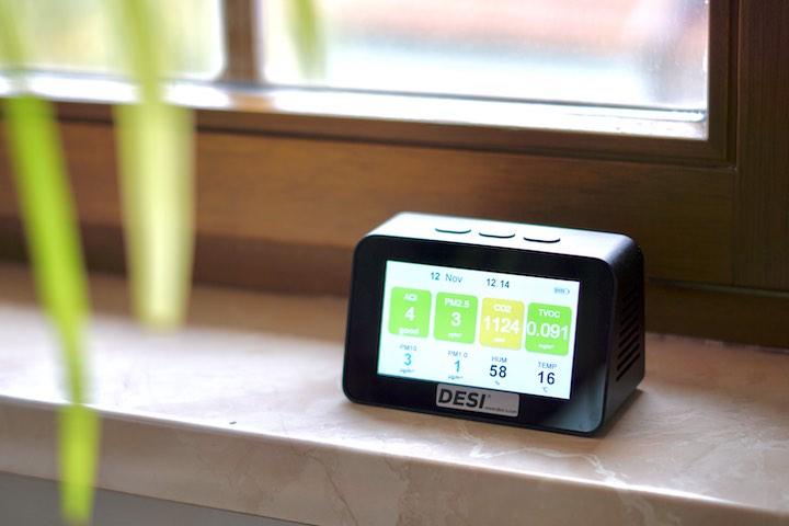 Qualitaet der Luft wird von einem Monitor gemessen