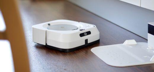 Roboter faehrt zu seiner Ladestation