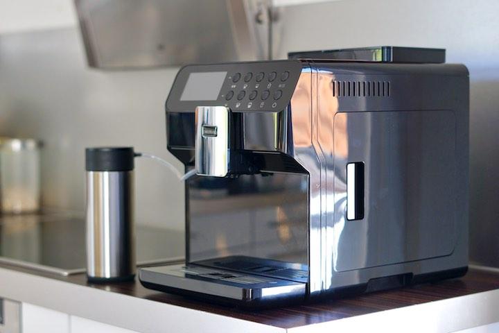 Serie Nera Kaffeemaschine steht in einer Kueche