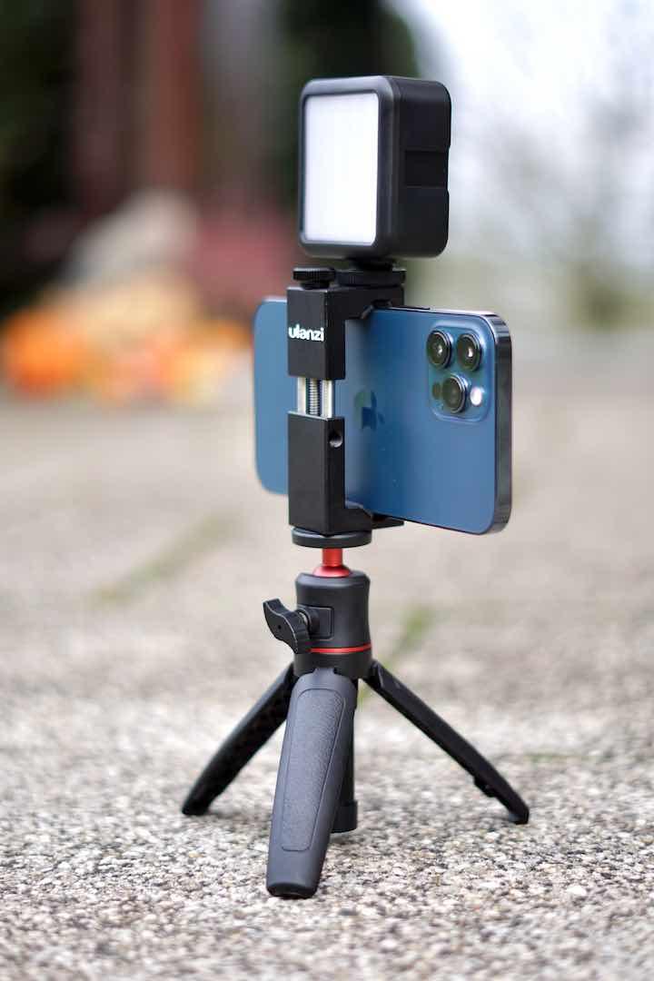 Stativ mit Licht und Smartphone im Freien