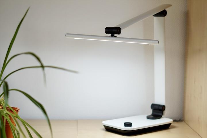 TaoTronics Schreibtischlampe steht neben einer Pflanze
