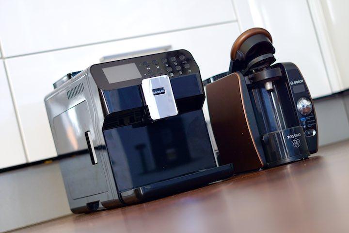 Tassimo und Kaffeevollautomat stehen im Vergleich nebeneinander
