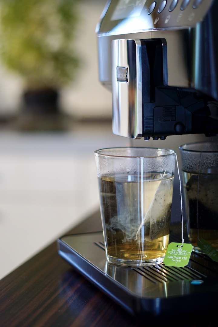 Tee steht unter der Cecotec Power Matic Ccino 7009 Serie Nera Kaffeemaschine