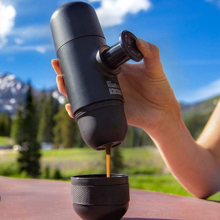 Tragbare Espressomaschine in den Bergen im Einsatz