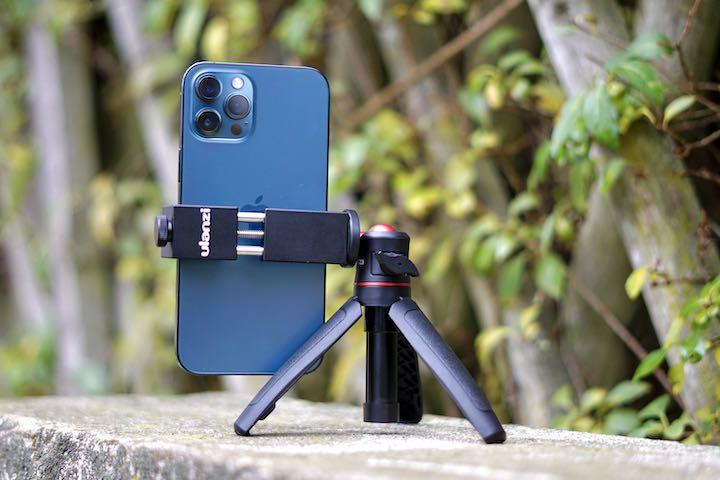 ULANZI Stativ haelt ein Smartphone im Hochformat fest