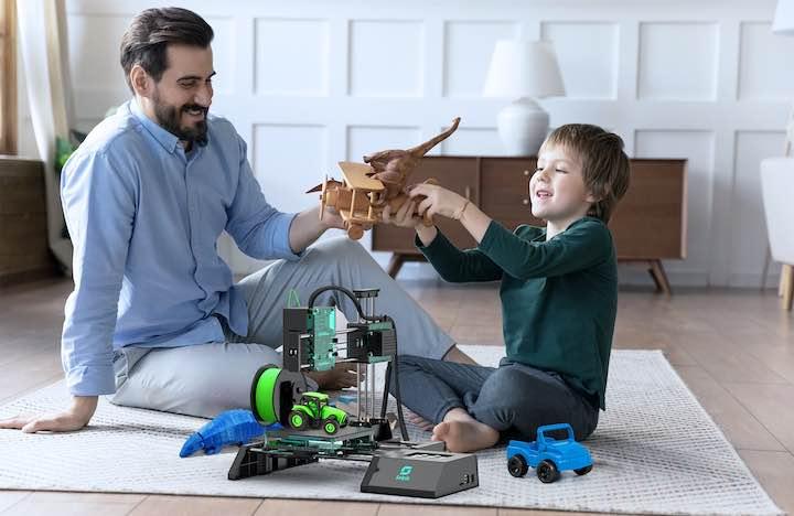 Vater und Sohn vor Selpic Star A 3D Drucker