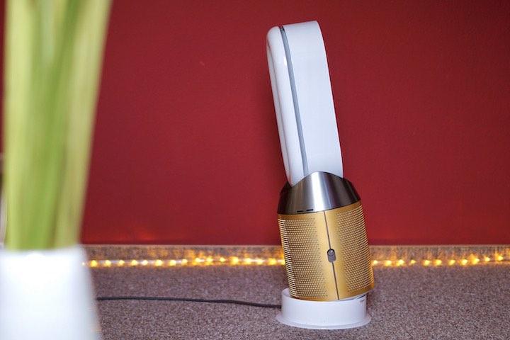 Ventilator ist gekippt vor einer Lichterkette