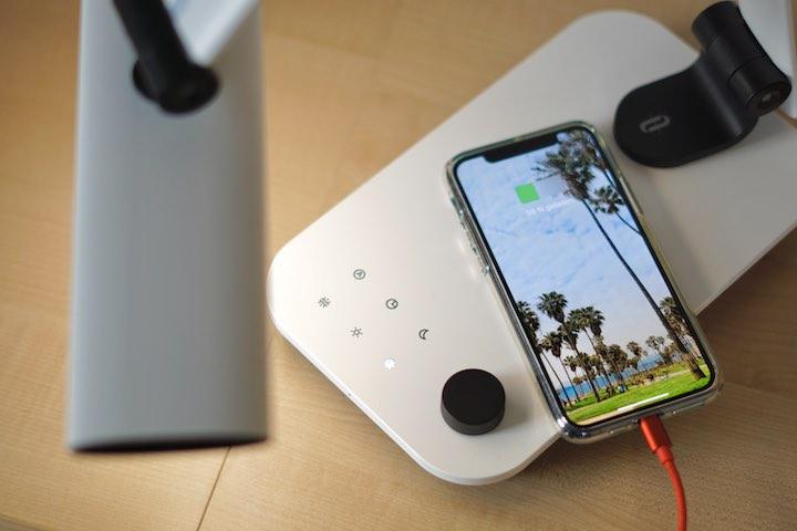 iPhone 11 Pro liegt auf einer Schreibtischlampe