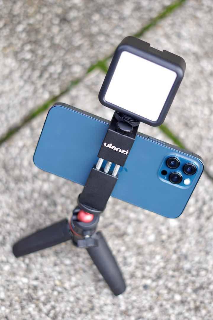 iPhone mit Licht und Halterung