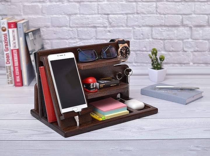 Dockingstation und Regal aus Holz auf dem Schreibtisch