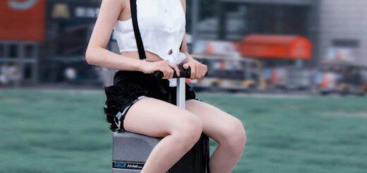 Frau faehrt auf Airwheel SE3mini Koffer 520x245