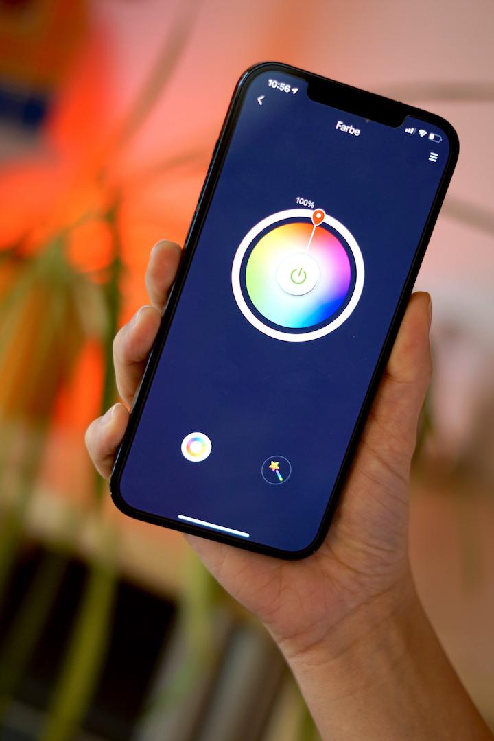 Hand mit Smartphone und Farbeinstellung