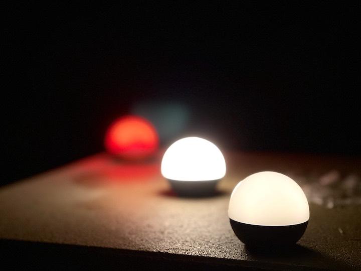 Olight Campinglampen stehen auf einer Steinplatte
