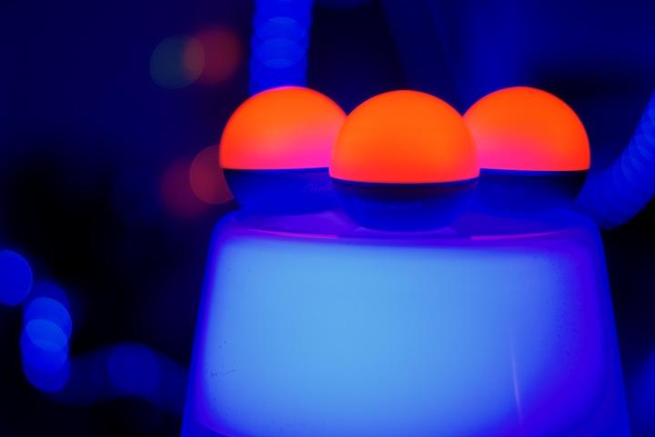 Rote LED Lampen stehen auf einem blauen Lampenschirm