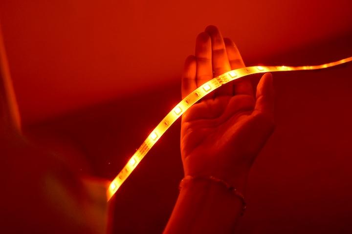 Roter LED Streifen liegt in einer Hand