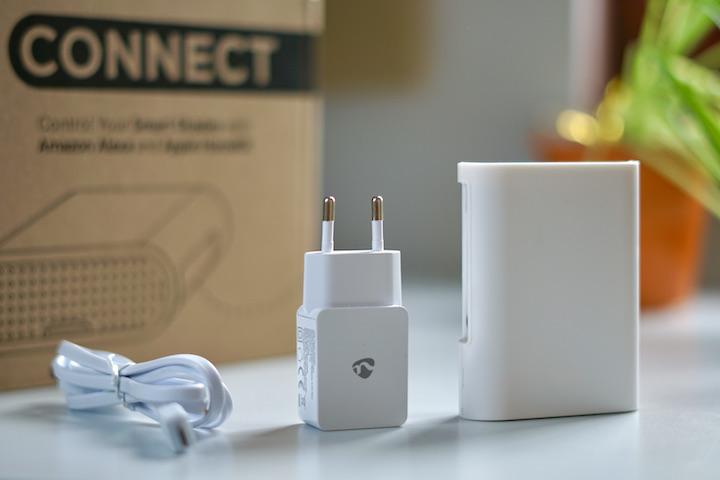 SOMA Connect Lieferumfang steht mit Netzteil und Ladekabel auf einem Tisch