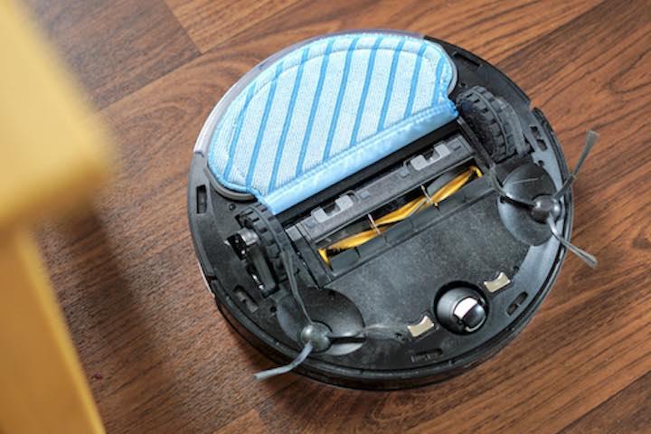 Wischmodul ist auf der Unterseite eines Saugroboters befestigt