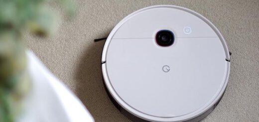 Yeedi 2 Hybrid Saugroboter mit Wischfunktion steht neben einer Plfanze auf Teppichboden 520x245