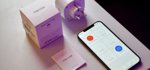 iPhone liegt mit Steckdose auf einem Tisch 520x245