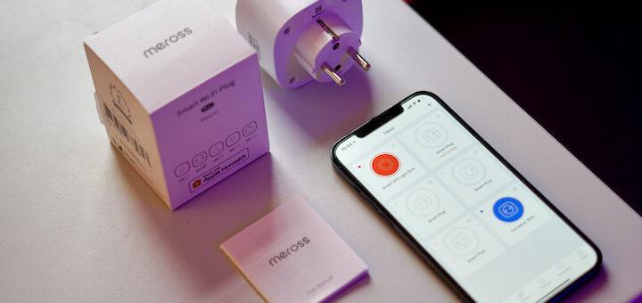 iPhone liegt mit Steckdose auf einem Tisch 720x340
