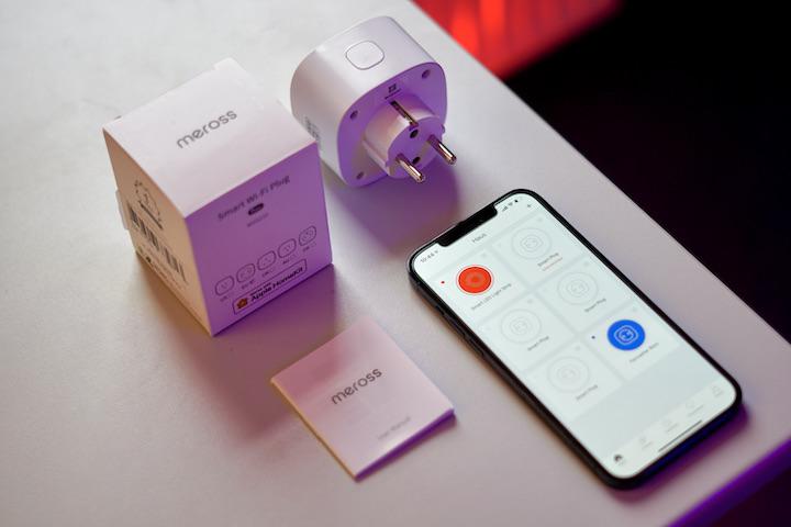 iPhone liegt mit Steckdose auf einem Tisch