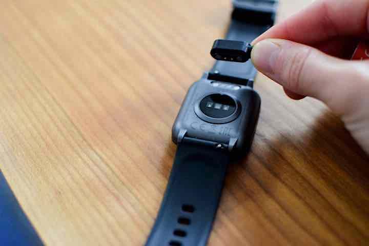ladeanschluss auf rueckseite der smartwatch
