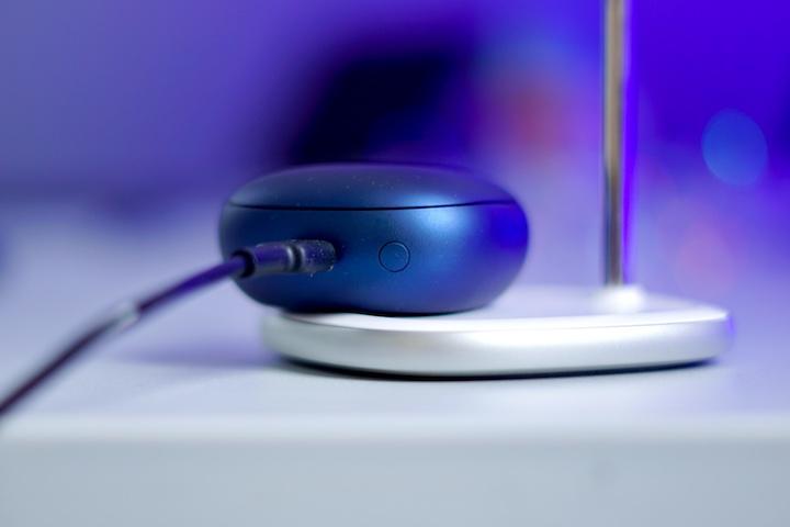 Blaues Case wird via USB C geladen