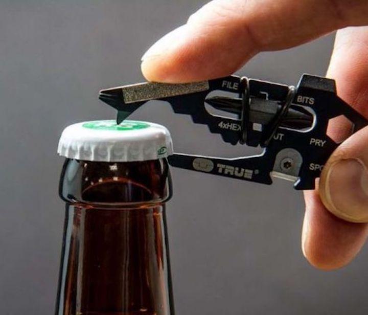 Flasche wird mit Mini Werkzeug ge%C3%B6ffnet