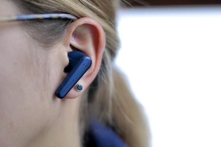 Frau mit blauen Ohrstoepsel im Ohr