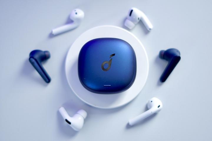 Kabellose Bluetooth Kopfhoerer auf einem Tisch