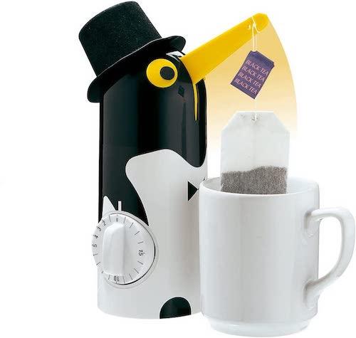 Kuechenprofi Teebereiter Pinguin in schwarz und Gelb mit Teebeutel und Tasse