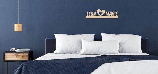 Lampe mit Namen ueber dem Bett 520x245
