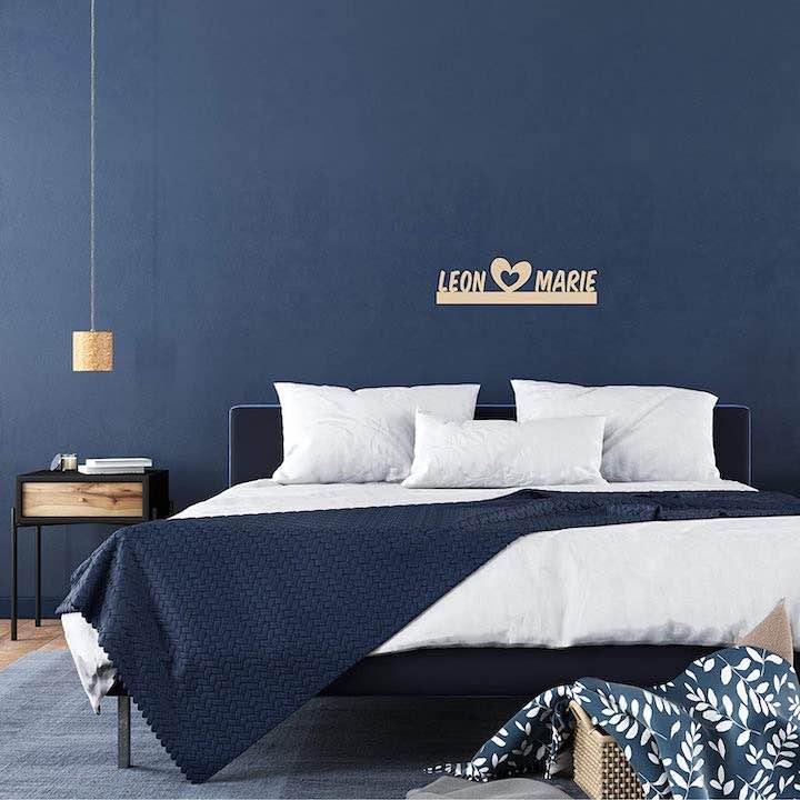 Lampe mit Namen ueber dem Bett