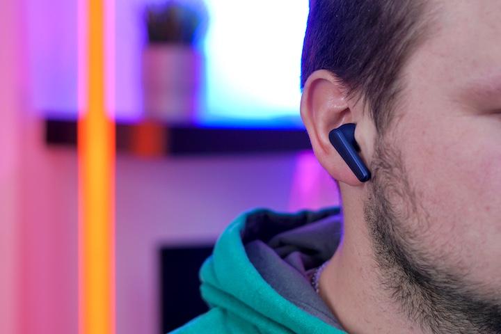 Mann hat Soundcore Kopfhoerer im Ohr