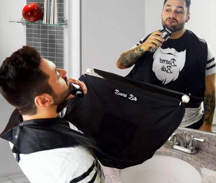 Mann rasiert sich mit angelegtem Beard Bib