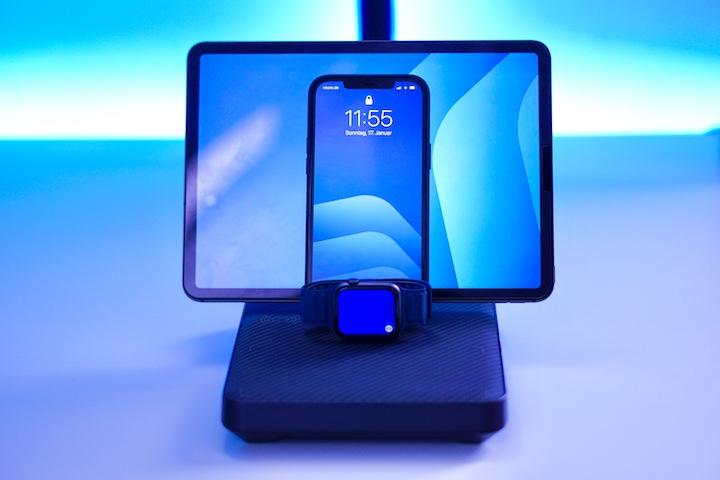 Pitaka Air Omni Lite mit iPad Pro iPhone und Apple Watch in blauer Farbe