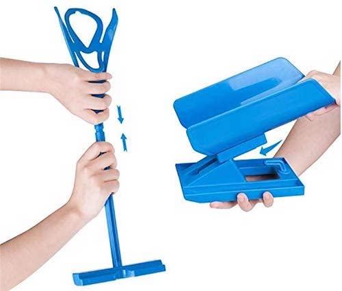 Sockenanziehhilfe in blau mit Haenden