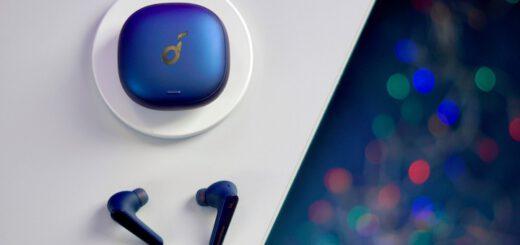Soundcore Kopfhoerer liegen auf einem Tisch neben blauem Case 520x245