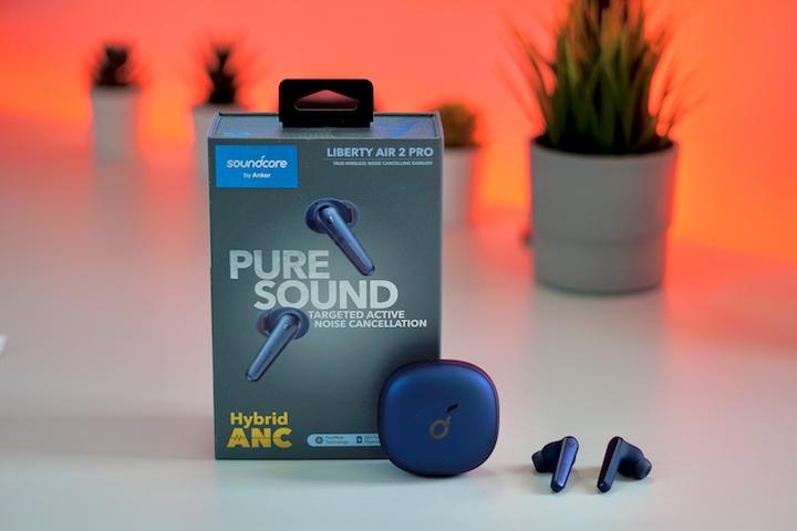 Soundcore Liberty Air 2 Pro Headset vor einer roten Hintergrund