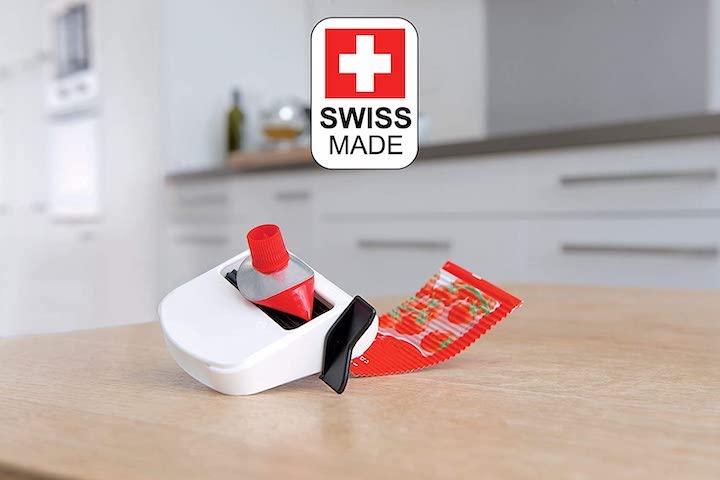 Tubfix Tubenquetscher Tubenpresse auf Tisch mit Made in Swiss