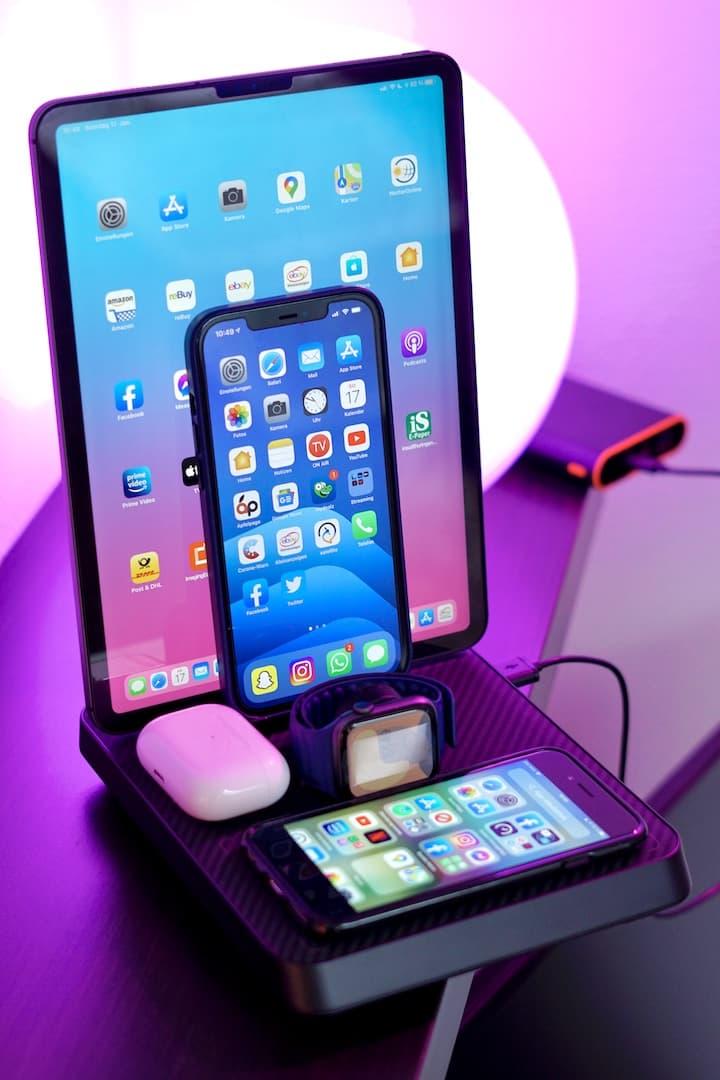 iPad iPhone AirPods Apple Watch und weitere Geraete auf einer Pitaka Ladestation 1