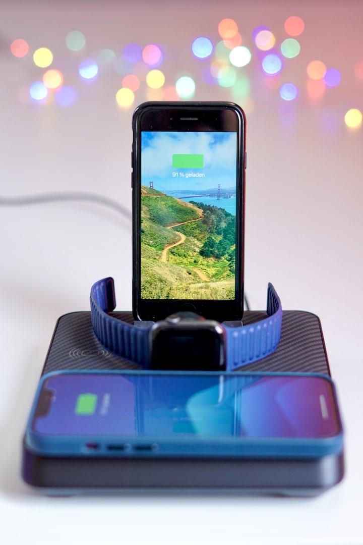 iPhone und Apple Watch laden auf Pitaka Air Omni Lite Ladestation ist Bokeh im Hintergrund min