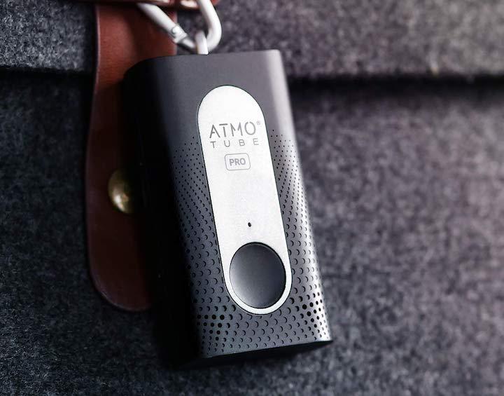 Atmotube Pro Luftqualitaetsmonitor haengt an Haken